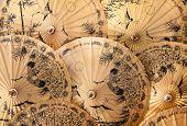 traditionelle Sonnenschirmen und Liegestühlen