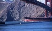 Navio sob a Golden Gate