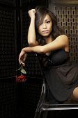 Beautiful young Asian Woman in schwarzen Dessous halten rote Blume