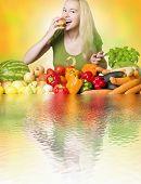 Woman eating Obst gesunde Ernährung