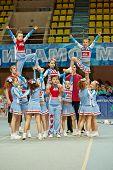 Moscú - 24 de MAR: Equipo de Cheerleaders tiburones realiza en Campeonato y concursos de Moscú en cheerl