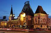 Estación de Yaroslavsky edificio por la noche en Moscú.