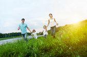 Família feliz se divertindo ao ar livre