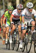 BARCELONA - el 24 de marzo: Michal Golas(C) y Tiziano Dall Antonia(L) durante el Tour de Cataluña cycl