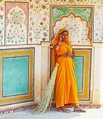 Frau Fourt-Klasse In bunten Sari Reinigen der Amber-Palast
