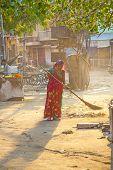 Indische Frauen Fourt-Klasse In der bunten Kleidung reinigt die Straße