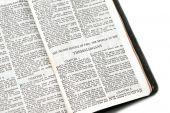 Bíblia aberta a Ii Tessalonicenses