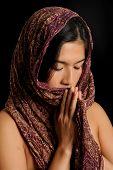 asiatische Mädchen betet