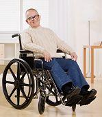 Feliz hombre discapacitado en silla de ruedas