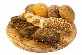 pão e pães na chapa de madeira