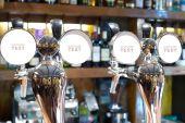 Bier Armaturen in einer bar