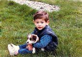 Menino e seu cachorro primeiro