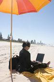 Empresária, trabalhando na praia