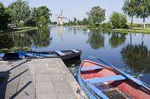 Typische Nederlandse Vista met boten te huur.