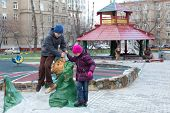 Moscou - 10 de NOV: Anya (7), Dmitry (10), jogando no parque com esculturas feitas por fábulas de Krylovs