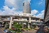 25. November Bangkok: große Auto Stopper nahe dem Einkaufszentrum auf einer der zentralen Straßen