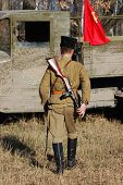 Постер, плакат: Киев Украина 9 ноября: Человек в военной форме советских 2МВ Член военной истории клуба красный Sta