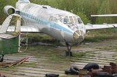 Постер, плакат: Старый заброшенный самолет
