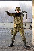 Homem militar com o objetivo