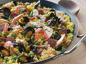 Paella de frutos do mar, em uma panela de Paella