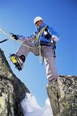 Alpinismo de homem na neve