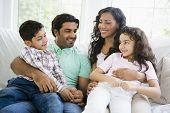 nahöstlichen Familie zu Hause auf sofa