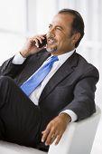 Nahen Osten Geschäftsmann saß auf Stuhl mit Handy