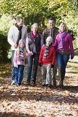 Familia generacional caminando por el bosque