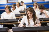Alunos adolescentes usando teclados lição de música
