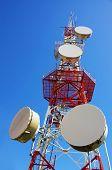 Antena de comunicações sem fio grande céu azul claro