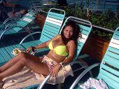 Descansando à beira da piscina