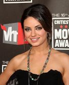 LOS ANGELES - 14 de JAN: Mila Kunis chega no XVI anual