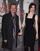 LOS ANGELES - 07 de MAR: Gary Oldman & esposa Alex llega a la Premier de