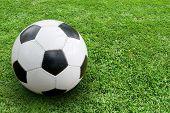 Voetbal op de grond. In het rechter gedeelte van de afbeelding ruimte voor tekst