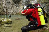 Um mergulhador de caverna emerge de uma mola