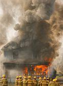 Bomberos en una casa en llamas
