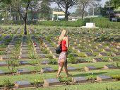 Mulher andando no cemitério