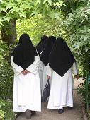 Nonnen zu Fuß