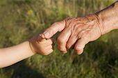 mano de la mujer y el niño