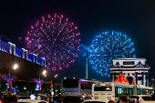 Постер, плакат: Fireworks Near The Triumphal Arch