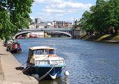 Vista de cartão postal de York mostrando barcos de rio Ouse