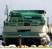Pontón barco amarrado en el muelle