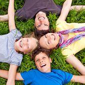 linda joven familia divirtiéndose en la naturaleza