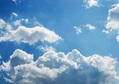 Brilhante branco e escuro tempestuoso nuvens com um céu azul no meio