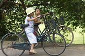 Vietnamesische Kinder auf Fahrrädern