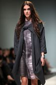 ZAGREB, Croacia - 12 de mayo: Modelo de moda usa ropa hecha por IVA KARACIC en s de la