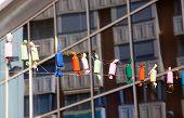 Fallas fuegos falsos decoración coloridas en una cuerda de fila