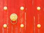 Pomo de dragón en la puerta de madera roja en Mae Salong colina, Chiang Rai, Tailandia