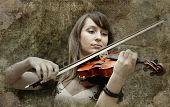 Постер, плакат: Красивые девушки скрипач играет Скрипка на фоне гранж