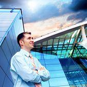 Fröhlichkeit Geschäftsmann auf der Business-Architektur Hintergrund